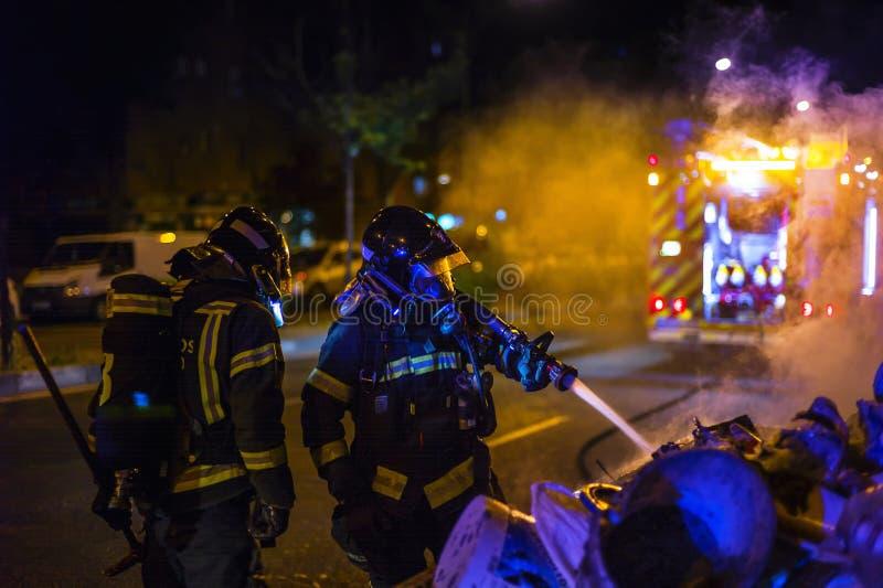 Die Feuerwehrmannarbeit in einem Nachtfeuer Madrid Spanien stockfotografie