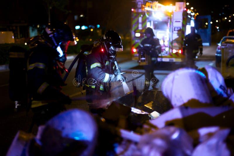 Die Feuerwehrmannarbeit in einem Nachtfeuer Madrid Spanien lizenzfreies stockfoto