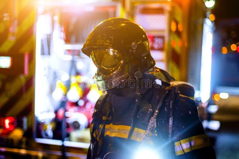 Die Feuerwehrmannarbeit in einem Nachtfeuer Madrid Spanien stockbilder