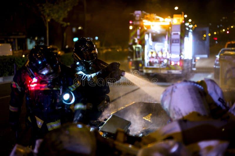 Die Feuerwehrmannarbeit in einem Nachtfeuer Madrid Spanien lizenzfreie stockfotos
