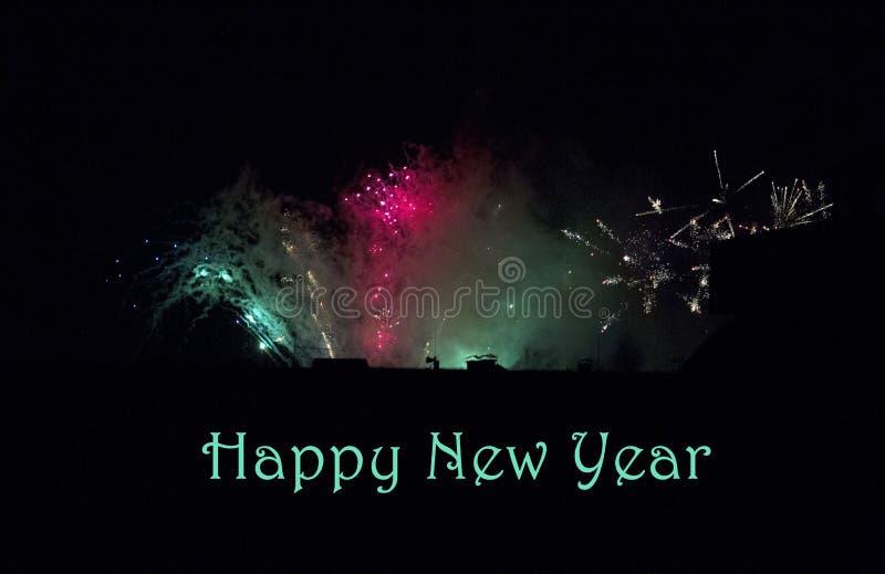 Die Feuerwerke des neuen Jahres auf dem Himmel lizenzfreies stockbild