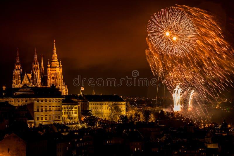 Die Feuerwerke des neuen Jahres in Prag lizenzfreie stockbilder