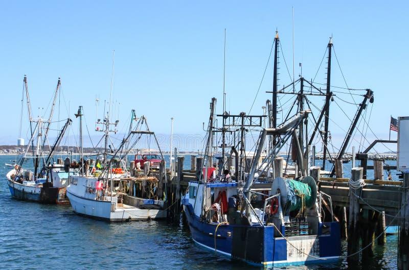 Die Fischerboote, die am Dock mit einem Aufnahmen-LKW mit der Tür festgemacht werden, öffnen sich und das gegenüberliegende Ufer, stockfotografie