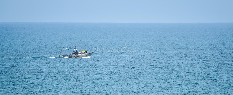 Die Fischerei des Schleppnetzfischerbootes auf dem Pazifischen Ozean geht heraus zum Meer am sonnigen Sommertag voran stockfotografie
