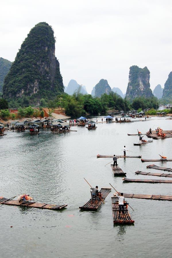 Die Flösse im Fluss stockfotografie