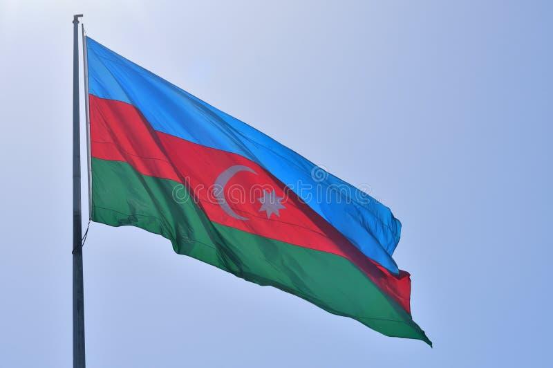 Die Flagge der Republik von Aserbaidschan ist eine des Beamtst. stockfotografie