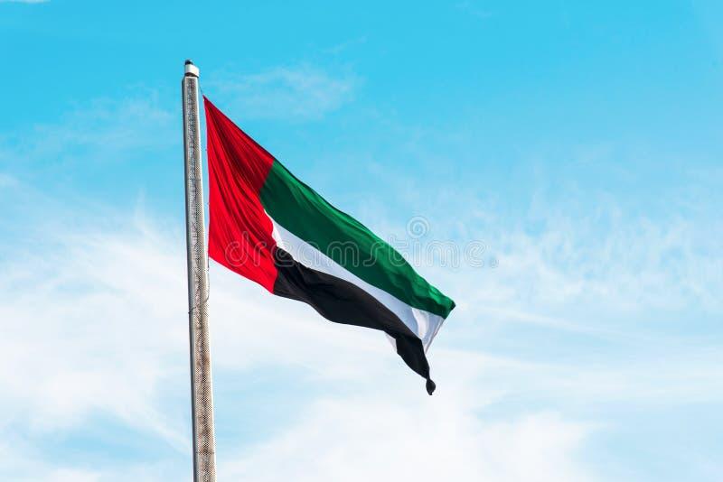 Die Flagge der Vereinigten Arabischen Emirate zieht sich in den Wind stockfoto