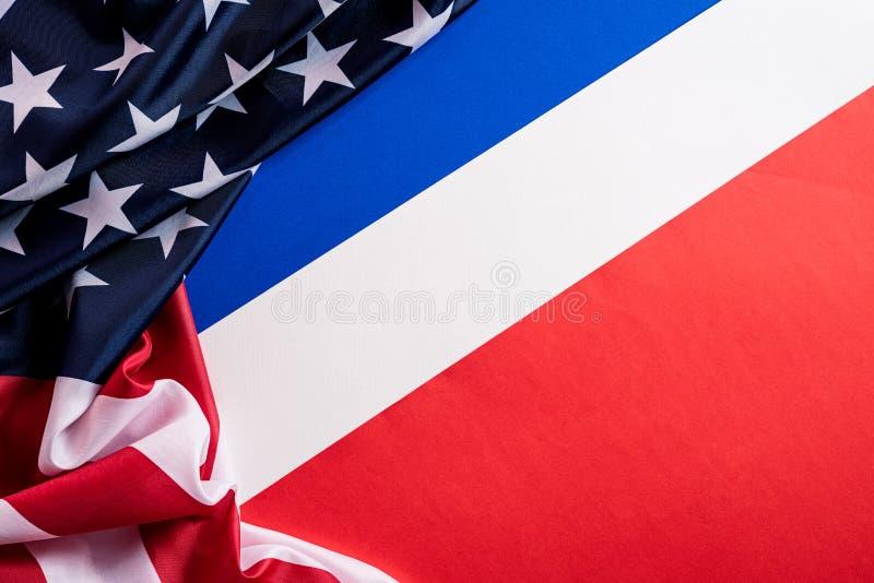 Die Flagge der Vereinigten Staaten von Amerika auf blauem, weißem Grund Unabhängigkeitstag USA, Memorial lizenzfreies stockfoto