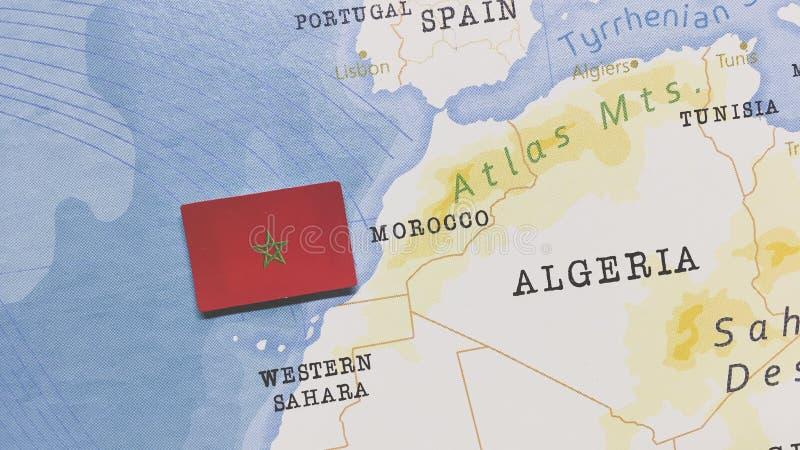 Die Flagge Marokkos auf der Weltkarte stockfoto