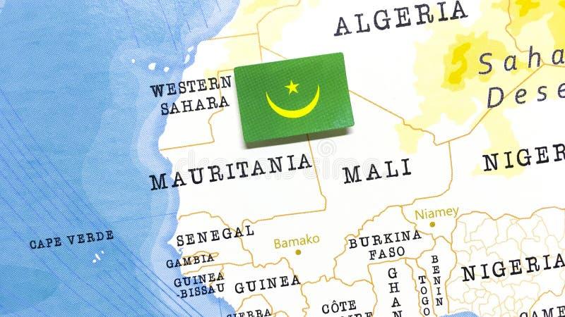 Die Flagge Mauretaniens auf der Weltkarte stockbilder