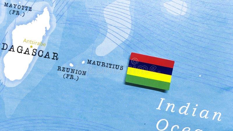 Die Flagge Mauritius auf der Weltkarte stockfotografie