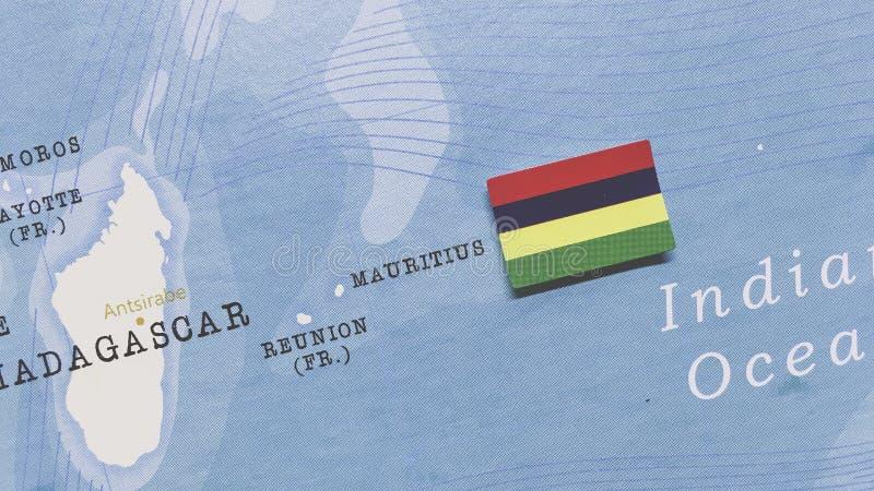 Die Flagge Mauritius auf der Weltkarte stockbild