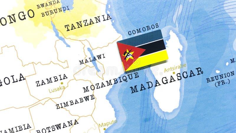 Die Flagge Mosambiks auf der Weltkarte stockbilder