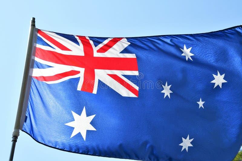 Die Flagge von Australien wellenartig bewegend in den Himmel lizenzfreie abbildung