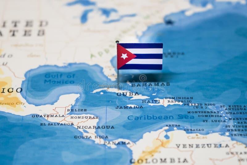 Die Flagge von Kuba in der Weltkarte lizenzfreies stockbild