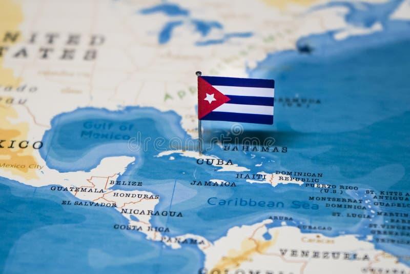 Die Flagge von Kuba in der Weltkarte lizenzfreie stockfotografie