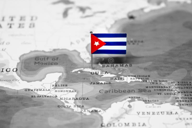 Die Flagge von Kuba in der Weltkarte stockbilder