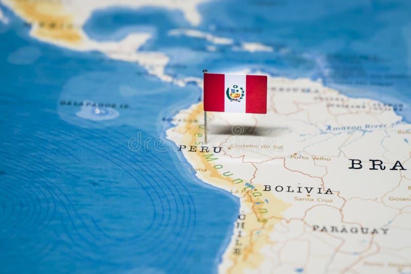 Die Flagge von Peru in der Weltkarte stockbilder