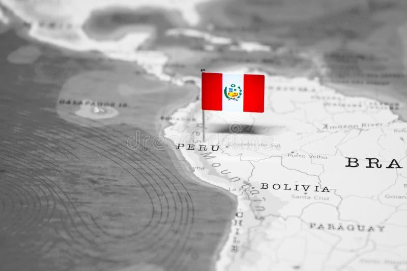 Die Flagge von Peru in der Weltkarte lizenzfreies stockbild