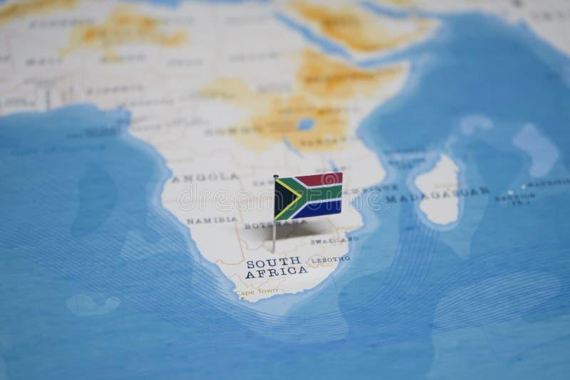 Die Flagge von Südafrika in der Weltkarte stockbilder