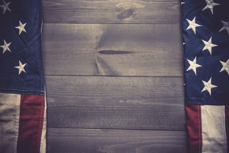 Die Flagge von vereinigt sättigt auf einem grauen Plankenhintergrund mit Kopienraum lizenzfreie stockfotos