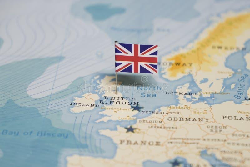 Die Flagge von Vereinigtem Königreich, Großbritannien in der Weltkarte stockfotografie