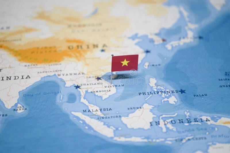 Die Flagge von Vietnam in der Weltkarte lizenzfreies stockbild