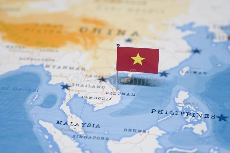 Die Flagge von Vietnam in der Weltkarte stockbild