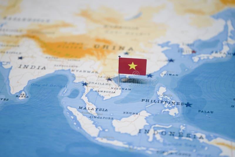 Die Flagge von Vietnam in der Weltkarte lizenzfreie stockfotografie