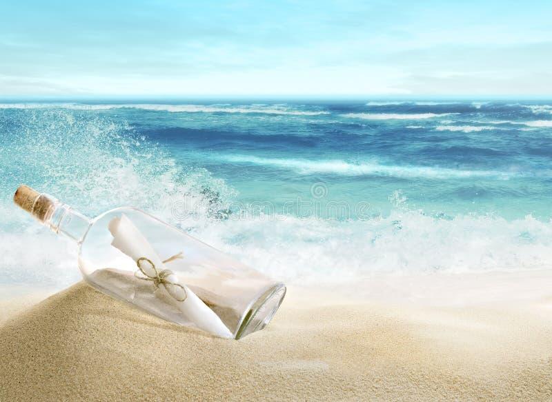 Die Flasche auf dem Strand stockbild
