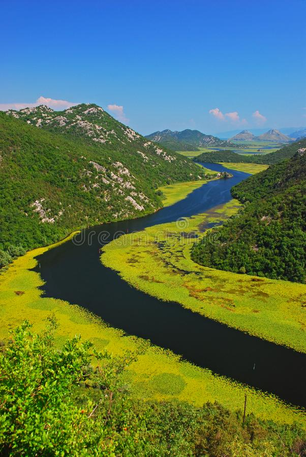 Die Fluss-Kurve an nahe gelegenem Rijeka CrnojeviÄ ‡ a See Skadar stockfotos