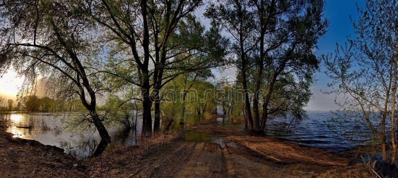 Download Die Flut auf dem Irtysch stockbild. Bild von blau, wolken - 106803259
