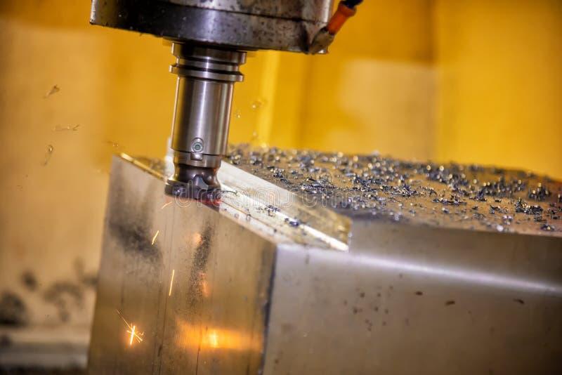 Die Fräsmaschine CNC, die das Formteil schneidet stockfotos