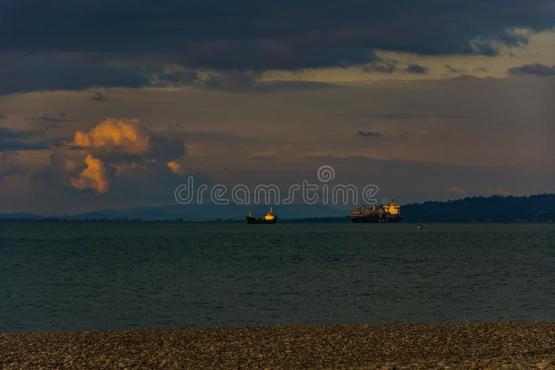 Die Frachtboote auf einem Schwarzen Meer während der Sonnenuntergangzeit lizenzfreie stockfotografie
