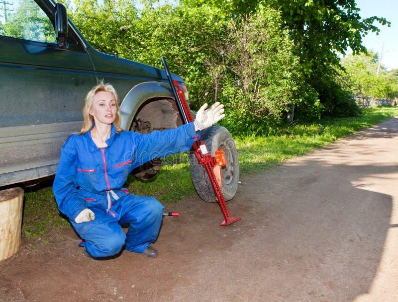 Die Frau In Arbeitsoverall Versucht, Ein Rad An Einem Auto Zu ...