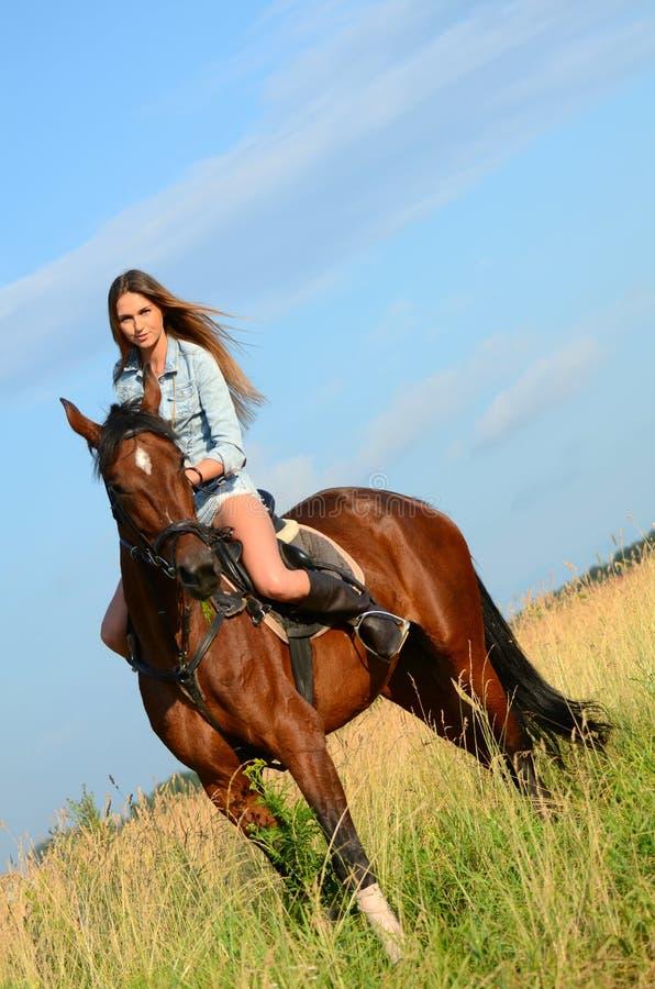 Die Frau Auf Einem Pferd Gegen Den Himmel Stockbild - Bild