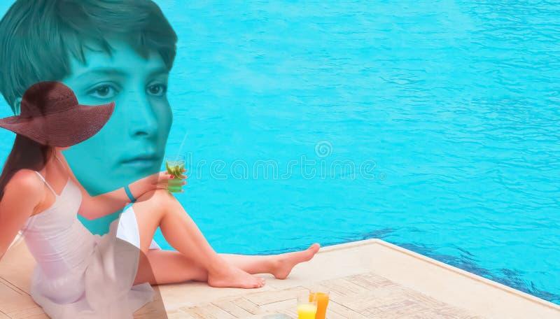 Die Frau, die Cocktail in einem Swimmingpool genie?t lizenzfreies stockbild