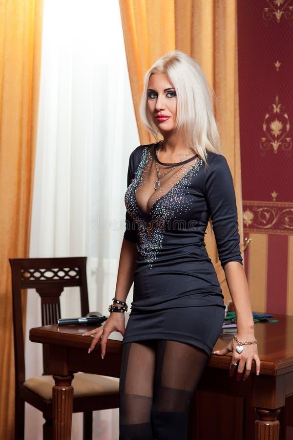 Die Frau in der strengen Kleidung in einem Retrostil. lizenzfreie stockfotografie
