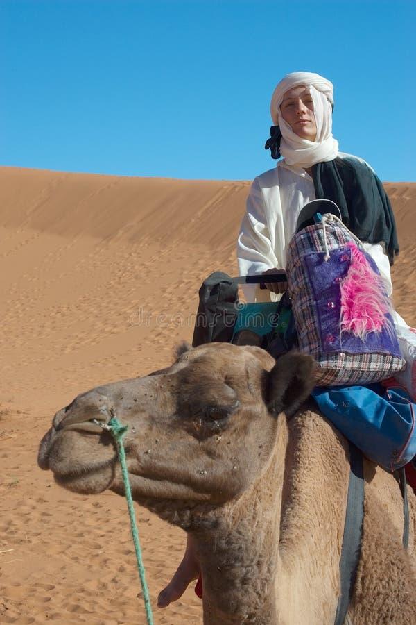 Die Frau in der Wüste stockfotos