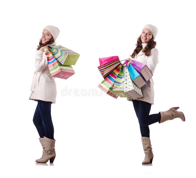 Die Frau in der Winterkleidung, die das Weihnachtseinkaufen tut stockfoto