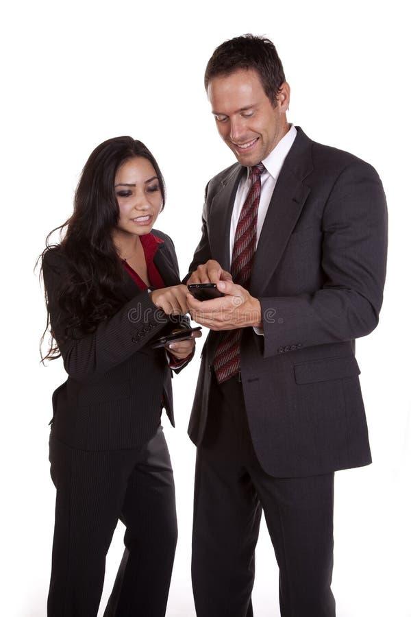 Die Frau, die auf zeigt, bemannt Telefon lizenzfreies stockbild