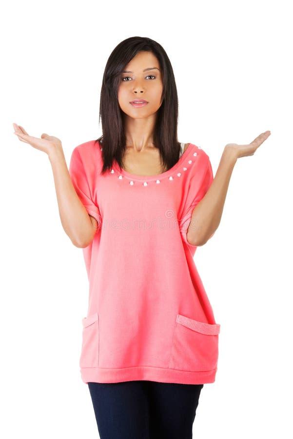 Die Frau, die eine Skala mit ihren Armen breit macht, öffnen sich lizenzfreie stockfotos