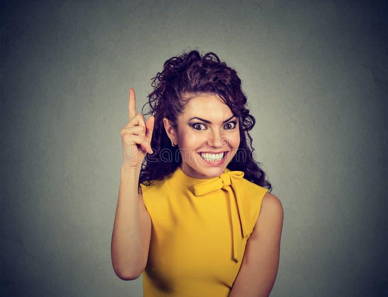 Die Frau, die Finger hat zeigt oben, eine glänzende Idee stockfotografie