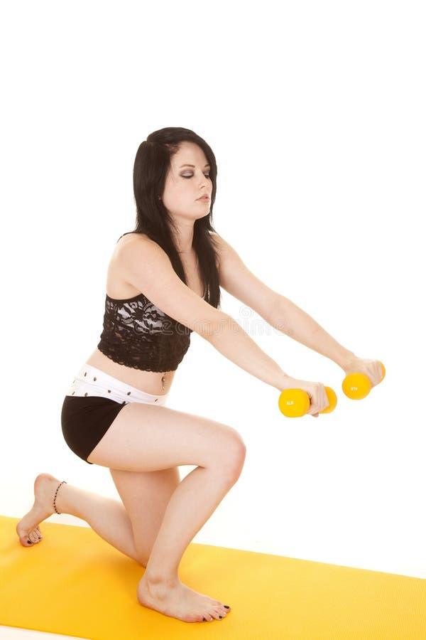 Die Frau, die mit Gelb losstürzt, belastet ein Knie stockbilder