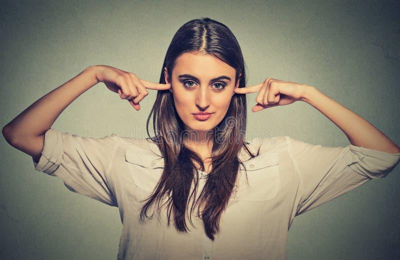 Die Frau, die Ohren verstopft, möchte nicht hören lizenzfreie stockfotos
