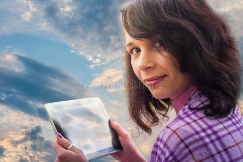 Die Frau, die Tablettennotizbuch verwendet, bewölkt Technologie an stockbild