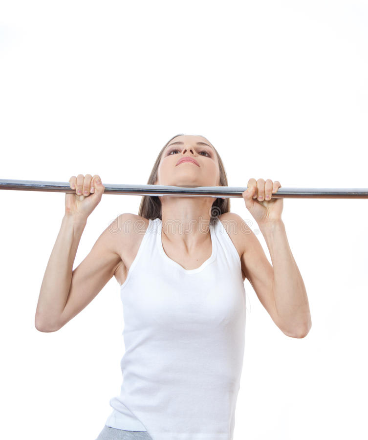 Die Frau, die an trainiert, ziehen Stange hoch stockfotos
