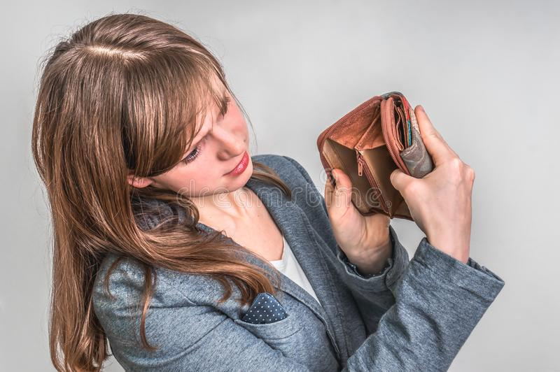 Die Frau, die eine leere Geldbörse hält, hat sie nicht Geld lizenzfreie stockbilder