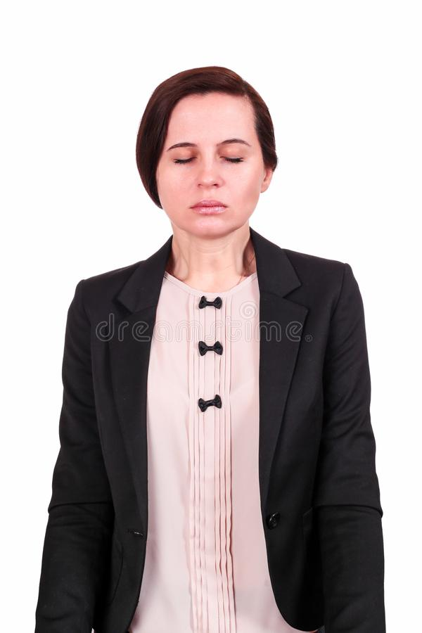 Die Frau in einer Jacke hat Augen geschlossen stockbild