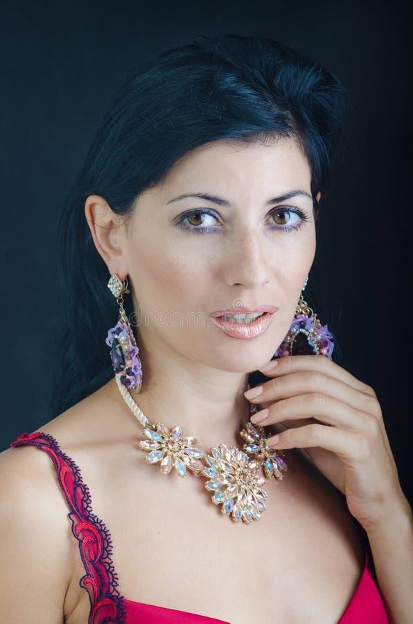 Die Frau in einer schönen Halskette lizenzfreie stockfotografie